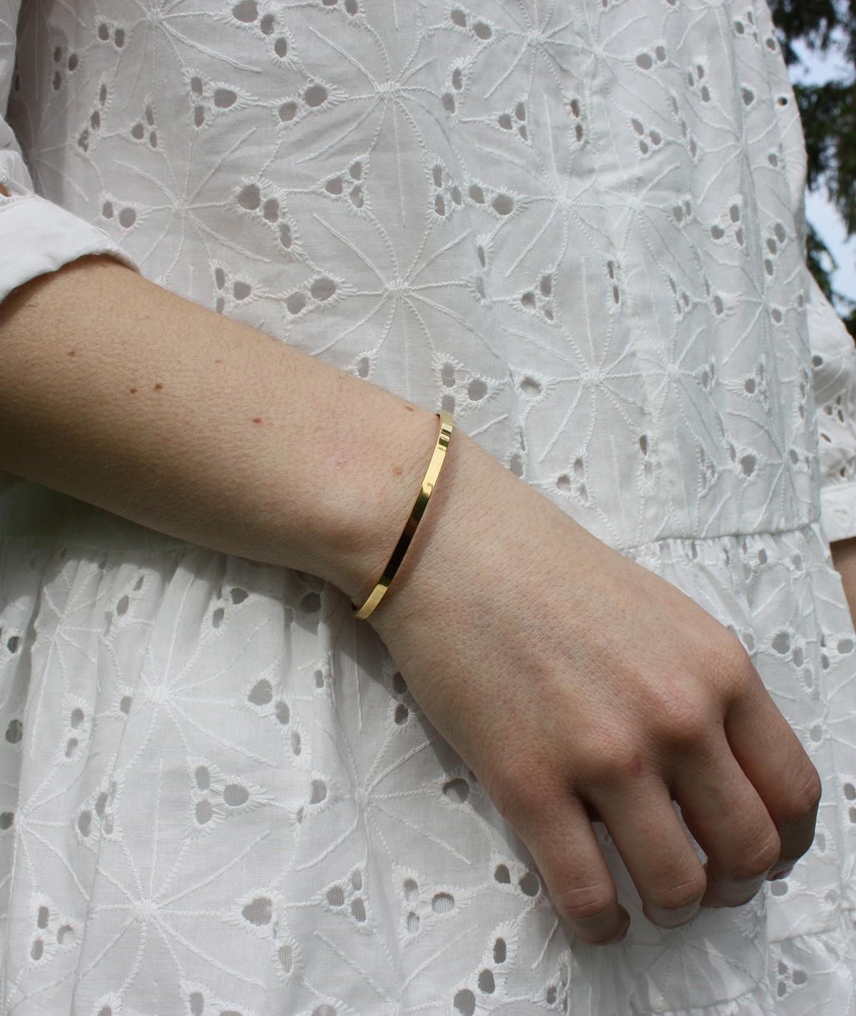 Jonc doré Andréa en acier inoxydable. Bracelet à s'offrir ou en cadeau.