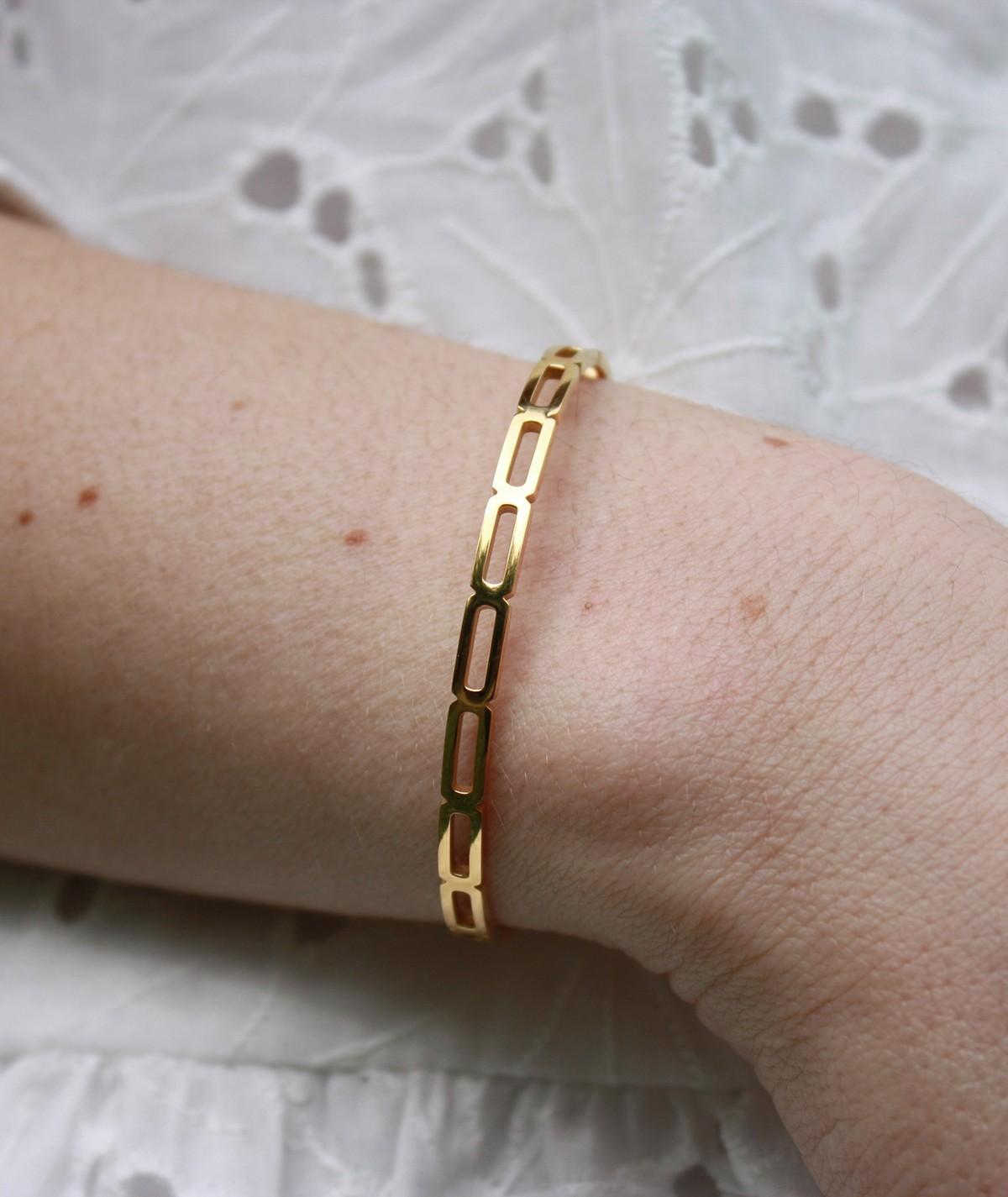 Jonc Léon, bracelet doré en acier inoxydable. Parfait pour un cadeau.