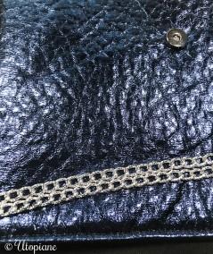 Pochette Angèle - bleue métallisée en simili cuir vegan - chaîne argentée