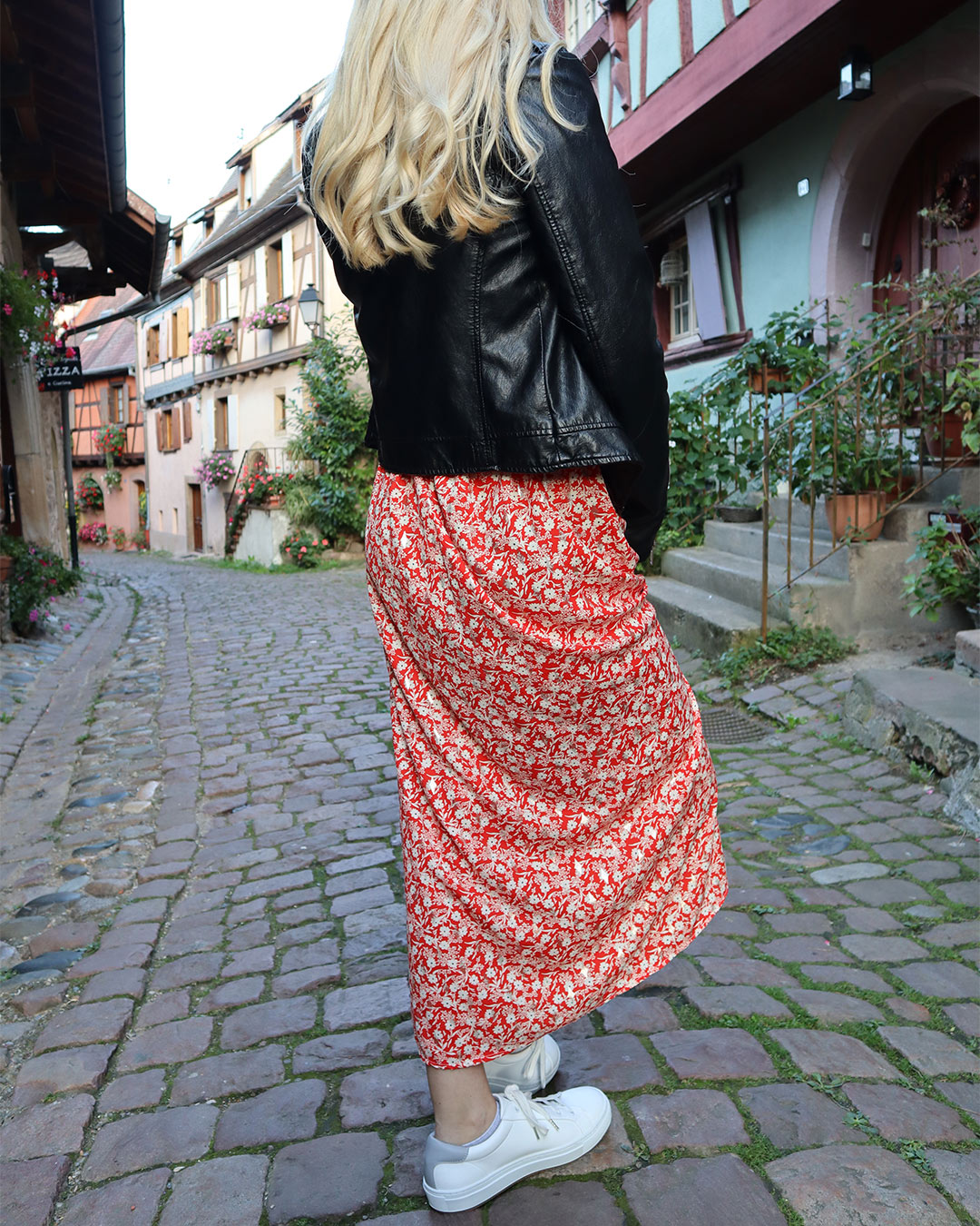 Jupe Lucie rouge et sneakers blanches